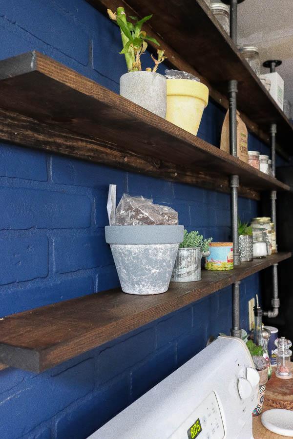 foto de DIY Galvanized Pipe Kitchen Shelves - Shock Munch